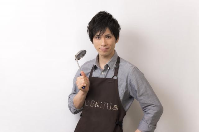 料理をしているイケメン男性画像