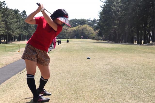 ゴルフのスイングをしている女性
