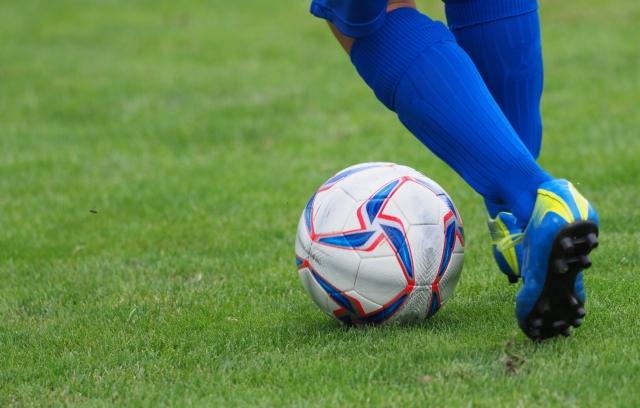 サッカーボールを蹴る前の画像
