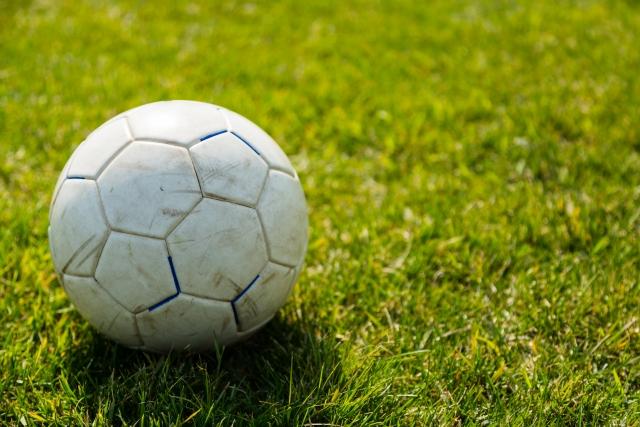 サッカーボールと芝生画像