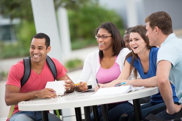 外国人の大学生の画像