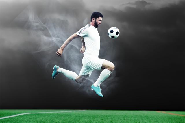 ドリブルするサッカー選手画像