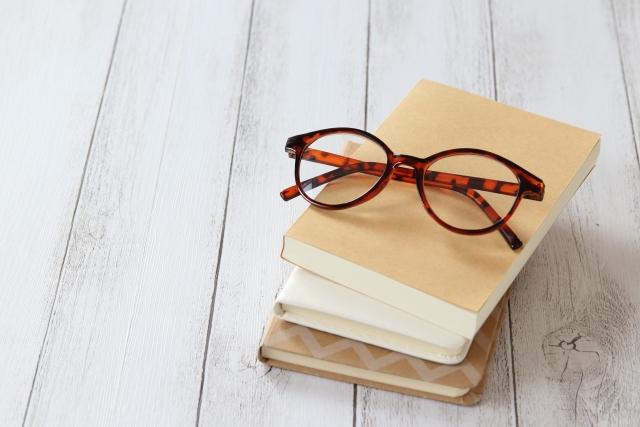 本とメガネ画像