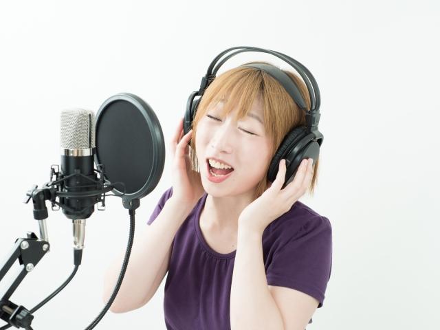 レコーディングする可愛い女性の画像
