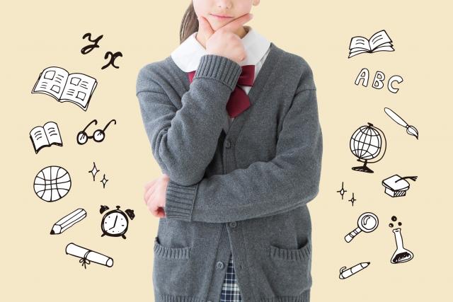 考える女子学生の画像