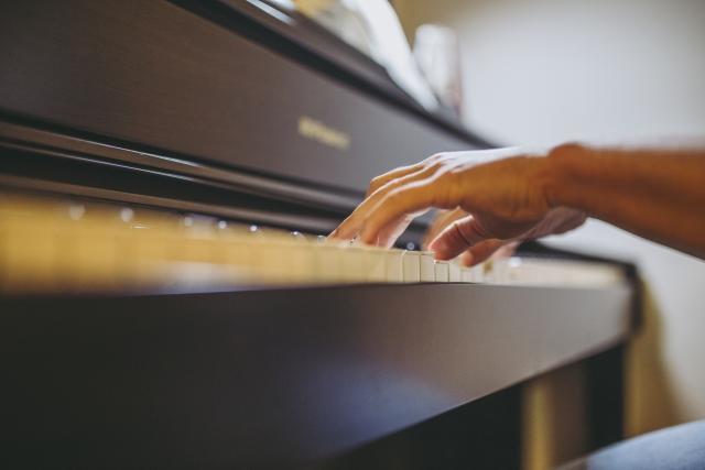 ピアノを弾いている手の画像