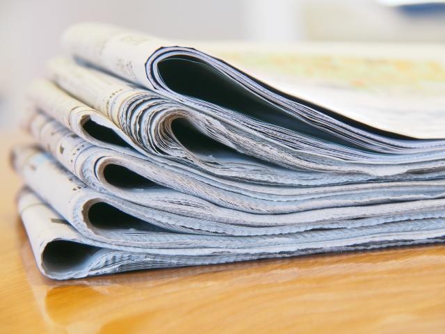 テーブルの新聞紙画像