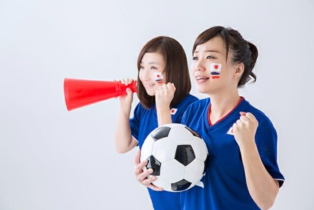 応援する女性サポーター画像