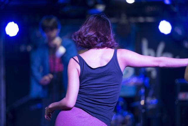 ダンスする女性の画像